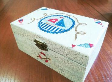 Дървена кутия с декупаж - Център Фрейле